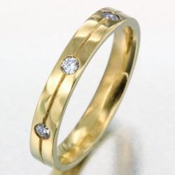 Alliance avec une ligne gravée et 3 diamants homme en or