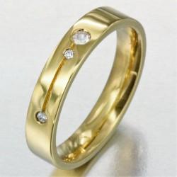Alliance avec une ligne gravée sertie de 3 diamants femme en or